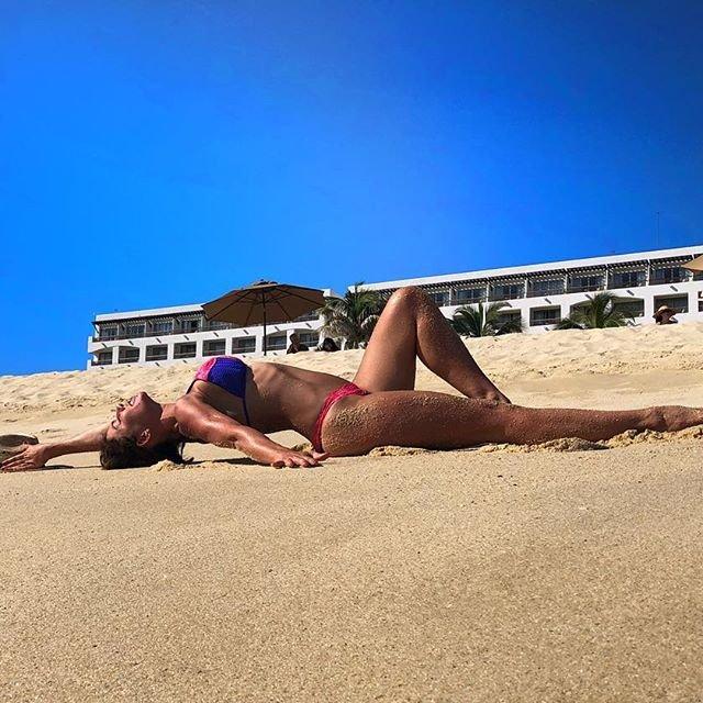 Анна Седокова показала пляжное фото в бикини