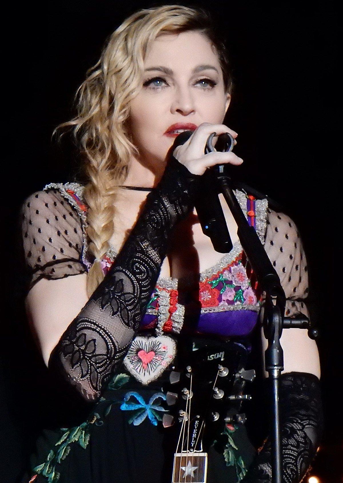 Мадонна шокировала сеть возмутительным селфи топлес
