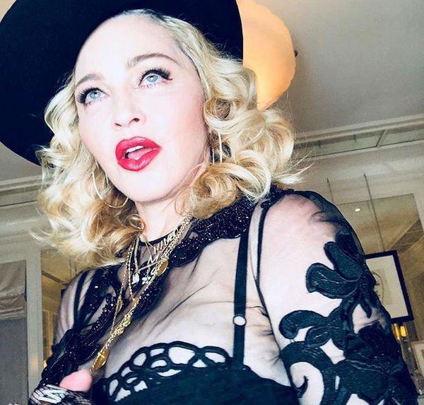 Мадонна показала груди на обнаженном фото