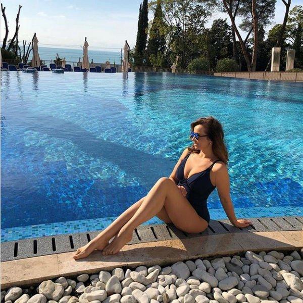 Постройневшая Анфиса Чехова поделилась снимком в купальнике из зимнего Сочи