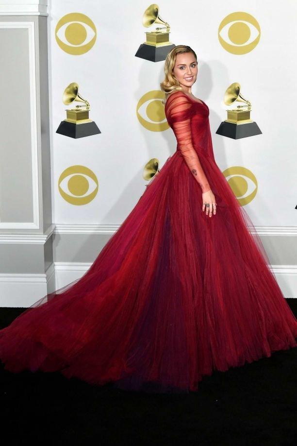 Майли Сайрус в роскошном платье в пол вышла на сцену с Элтоном Джоном
