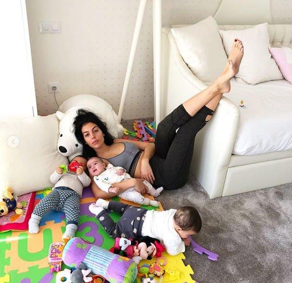 Джорджина Родригес не обделяет детей Криштиану Роналду своим вниманием