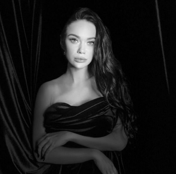 Яну Кошкину, разместившую фото без косметики, разоблачили ее же фанаты