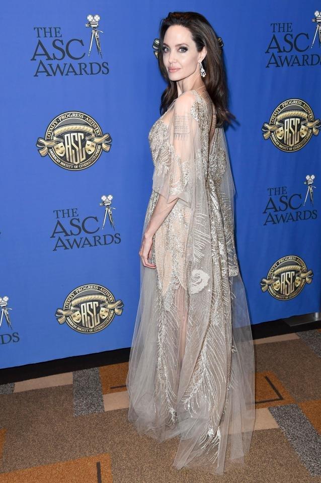 Анджелина Джоли затмила других звезд невероятным кружевным платьем