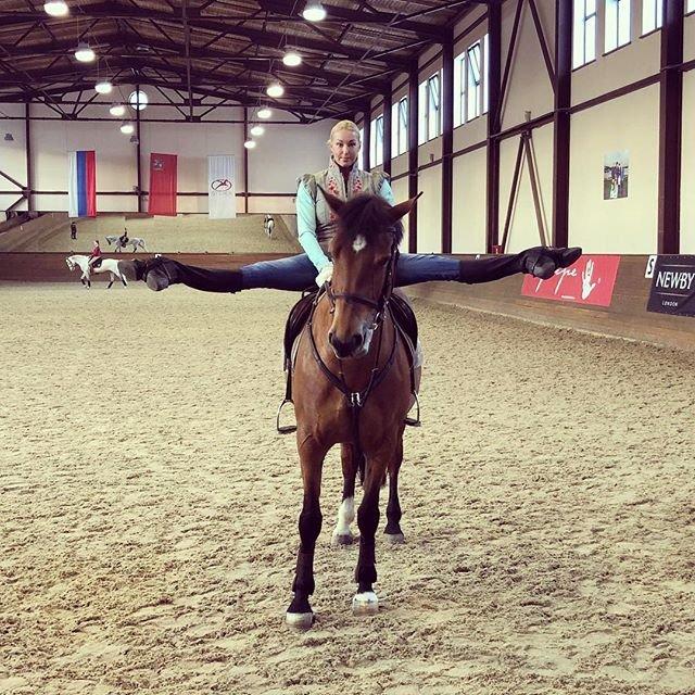 Анастасия Волочкова удивила подписчиков шпагатом на коне