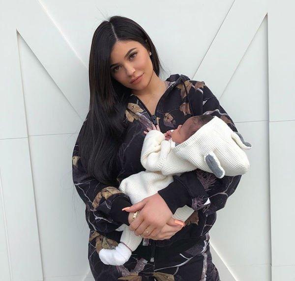 Кайли Дженнер показала подросшую дочь ифигуру после родов