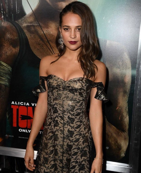 Алисия Викандер в откровенном платье вышла в свет