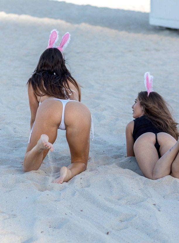 Тони Гаррн,  Клаудиа Романи и Мелисса Лори и появились топлесс на пляже в Майами