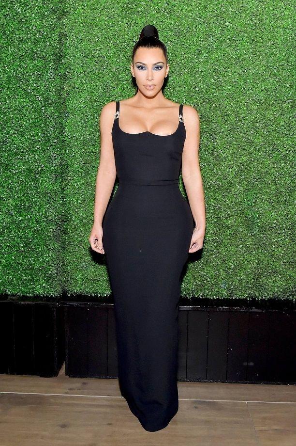 Ким Кардашьян подчеркнула аппетитные формы облегающим платьем