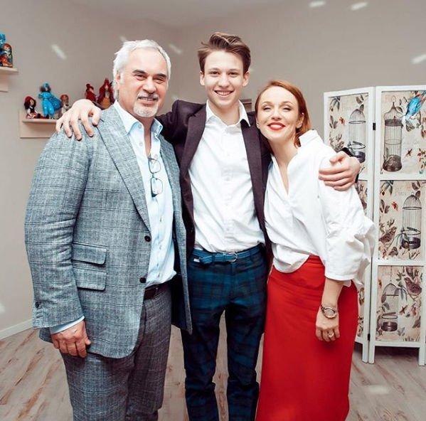 В Сети обнародованы фото старшего сына Валерия Меладзе и Альбины Джанабаевой, где можно рассмотреть его лицо