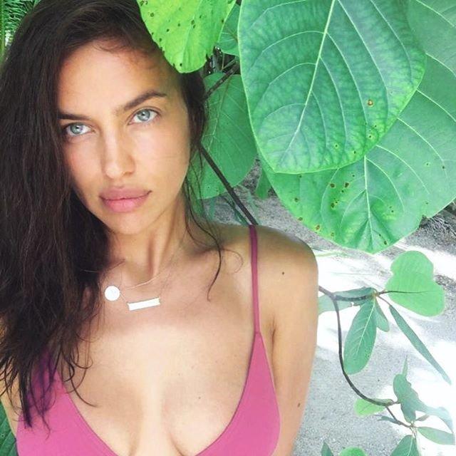 Ирина Шейк показала естественную красоту на пляжном фото в бикини