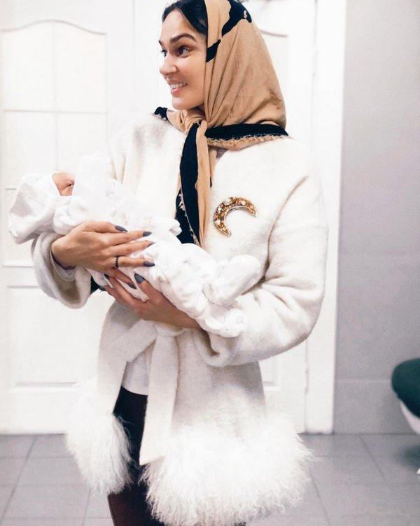 Алена Водонаева поделилась снимком с новорожденным малышом