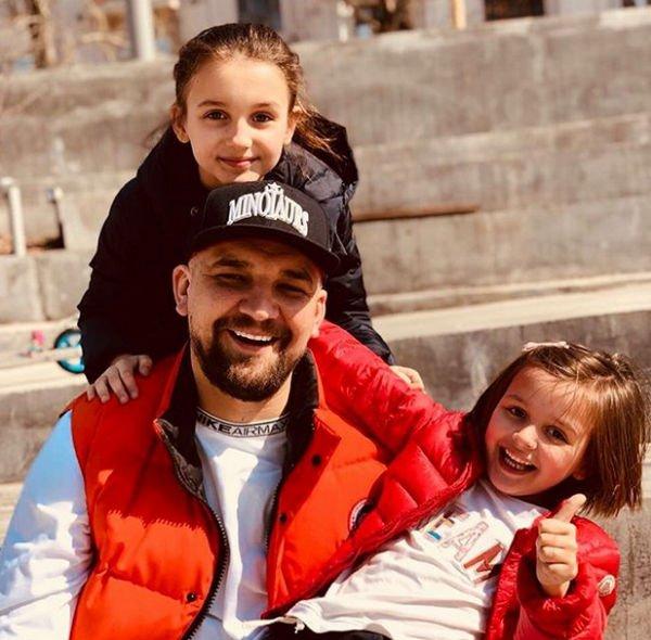 Баста поделился фотографией подросших дочерей