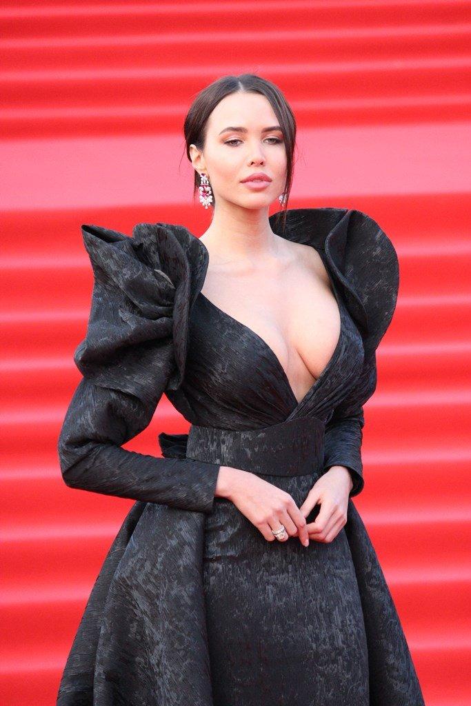 Анастасия Решетова поразила публику откровенным нарядом на открытии ММКФ-2018