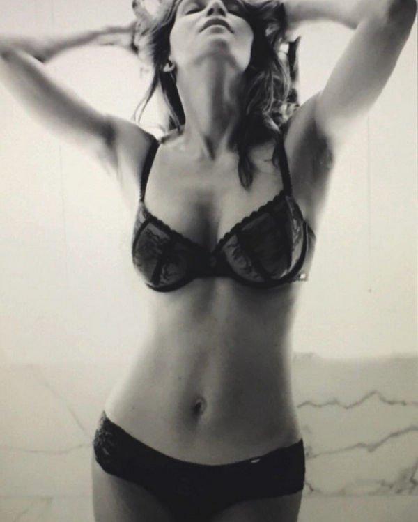 Холли Берри продемонстрировала стройную фигуру в нижнем белье