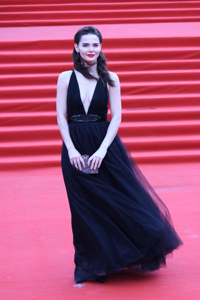 Лиза Боярская в платье с глубоким декольте на закрытии ММКФ-2018