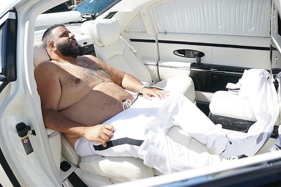 Макс Фадеев показал забавное фото с женой, где высмеял свой вес