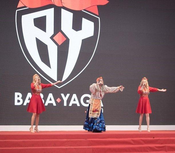 Русская Баба Яга со своими внучками Катей и Волгой Король произвели фурор на выставке в Китае