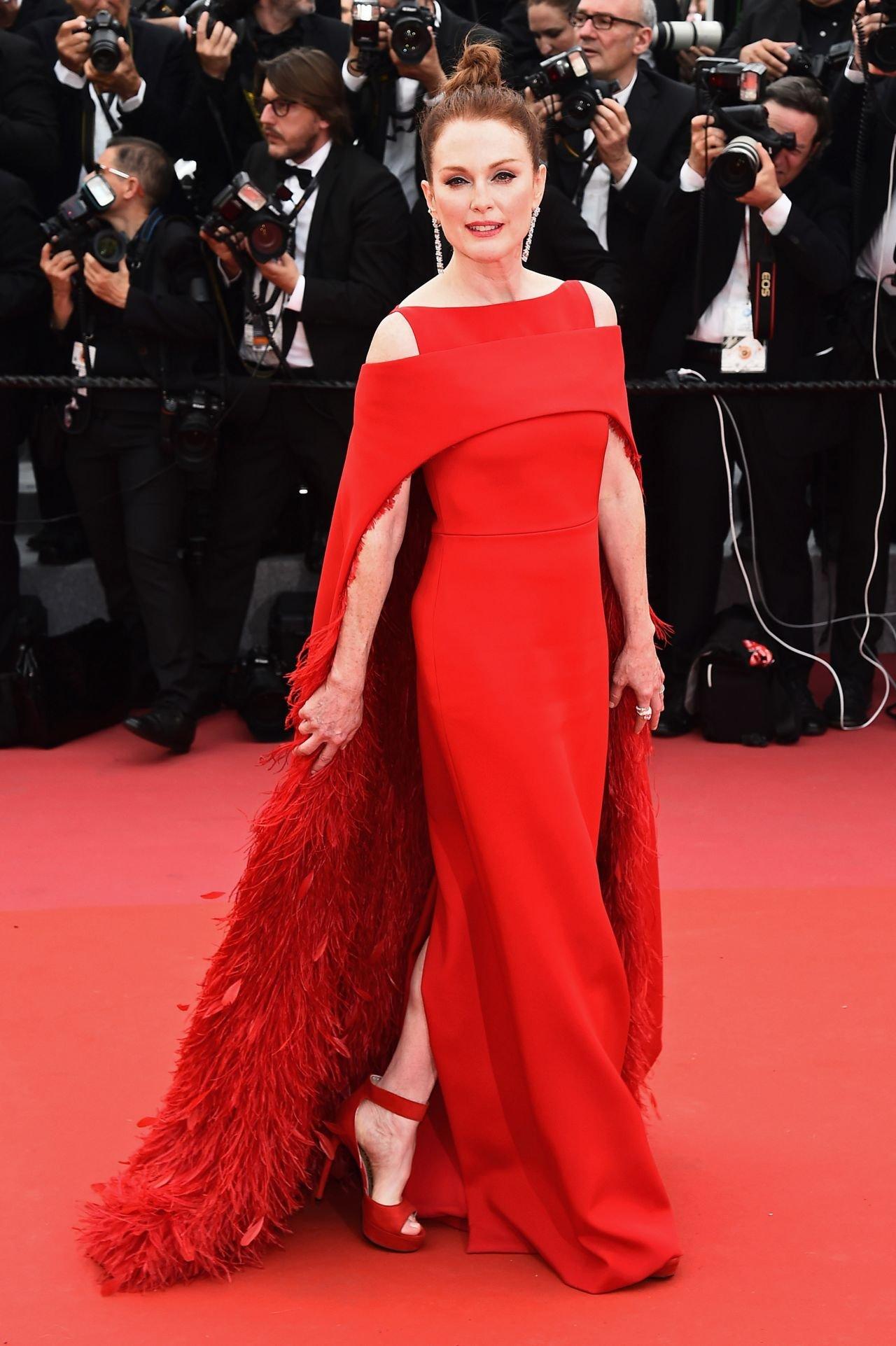 Джулианна Мур в роскошном алом наряде на дорожке Каннского кинофестиваля