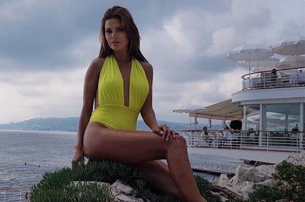 Папарацци запечатлели Викторию Боню в купальнике, подчеркнувшем недостатки ее фигуры