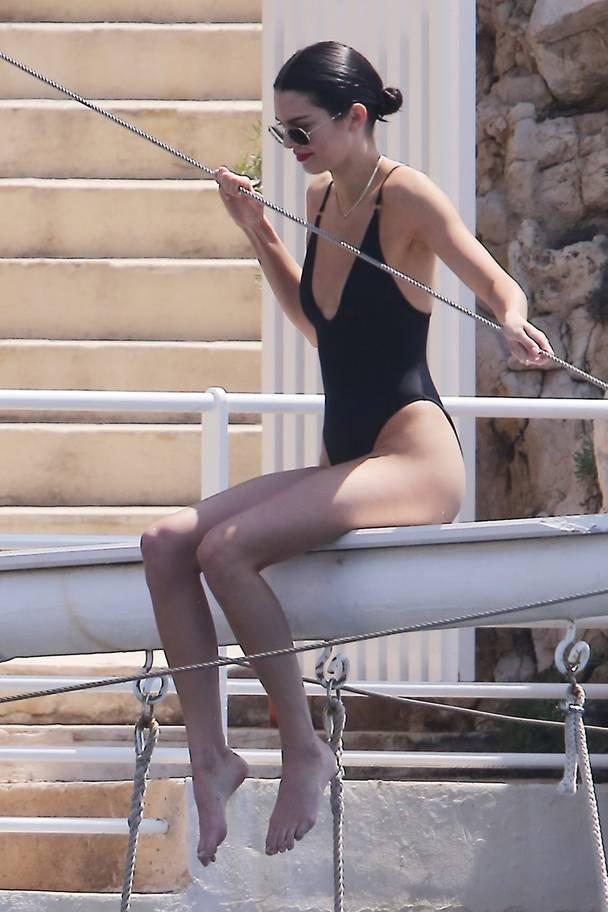 Кендалл Дженнер показала фигуру в купальнике на пляже Канн