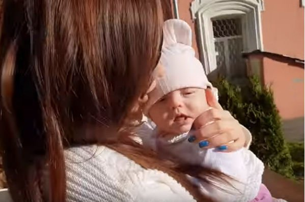 Анастасия Лисова разместила фото, где не стала скрывать лицо новорожденной дочери