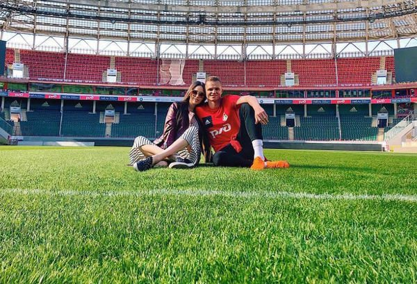 Дмитрий Тарасов публикует милые снимки с беременной супругой