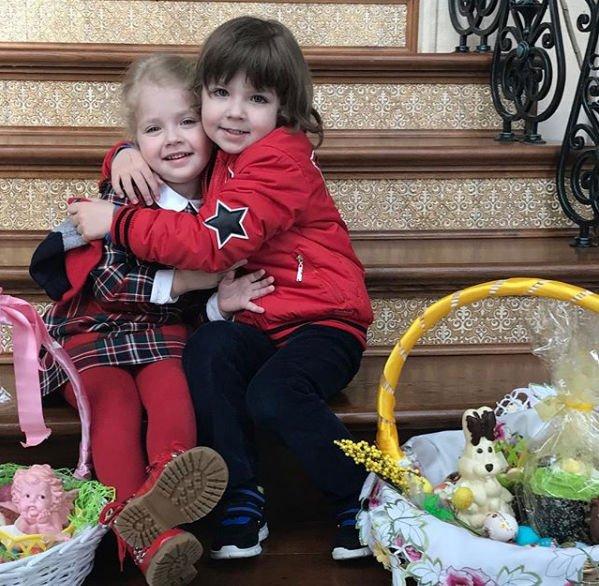 Дочка Максима Галкина украсила его голову венком