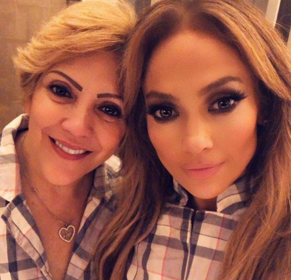 Дженнифер показала фото мамы, от которой унаследовала роскошный внешний вид