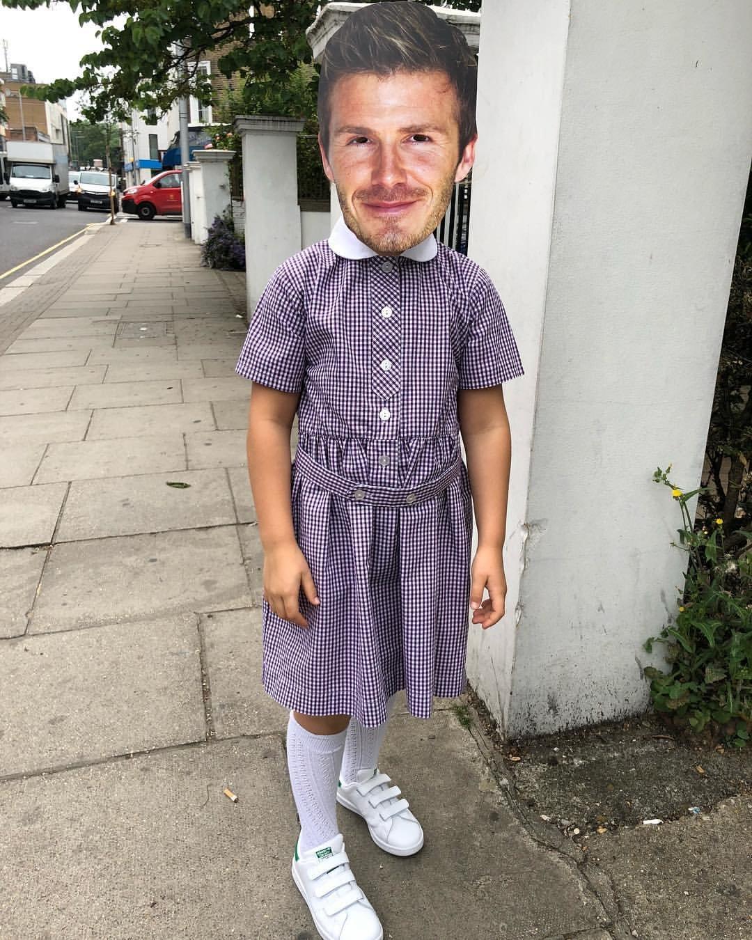 Виктория Бекхэм «нарядила» мужа в платье школьницы