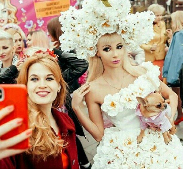 Русская Барби Татьяна Тузова с размахом отпраздновала «Международный день блондинок»