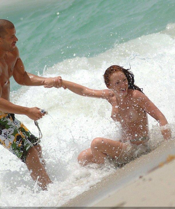Наташа Хэмилтон поплавала топлесс в морских волнах