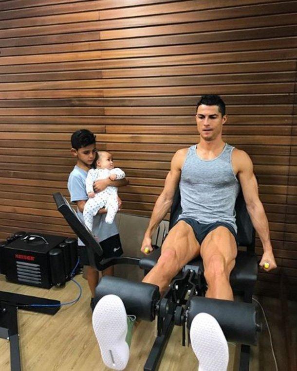 Криштиану Роналду показал трогательное фото со дня рождения близнецов