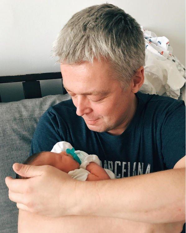 Фотография Александра Стриженова с новорожденным внуком растрогала поклонников