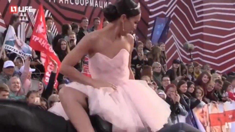 Ольга Бузова потеряла юбку на красной дорожке премии «МУЗ-ТВ 2018»