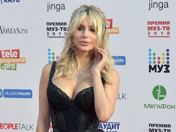 Светлана Лобода всего через две недели после родов вышла в свет в откровенном платье