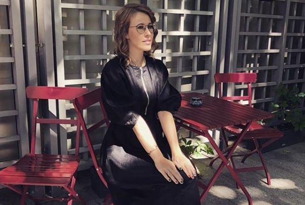 Ксения Собчак пытается скрыть сильно округлившийся живот