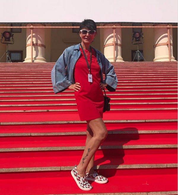 63-летняя Ирина Хакамада показала стройные ноги в коротком платье