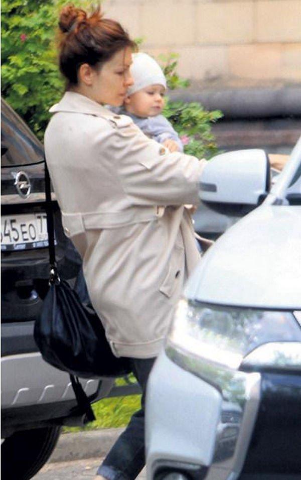Елена Подкаминская не смогла скрыть дочь от внимательных папарацци