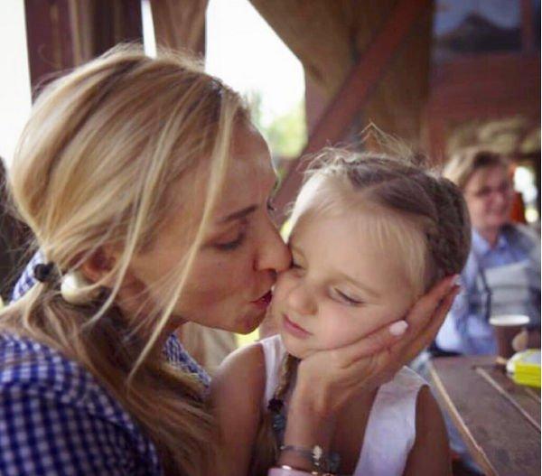 Татьяна Навка повеселилась в парке аттракционов вместе с дочерью