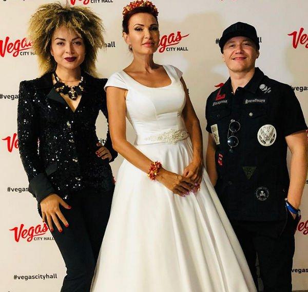 Эвелина Бледанс вышла в свет в свадебном наряде