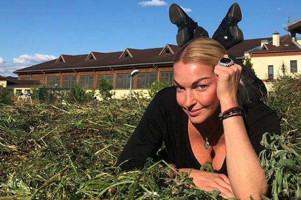 Анастасия Волочкова выбирает для своих шпагатов все более странные места
