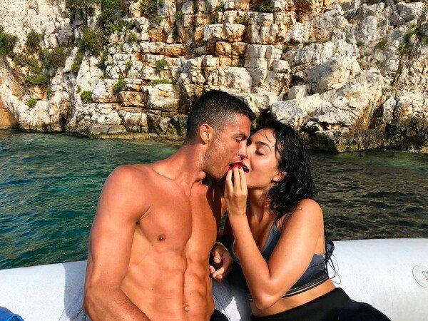 Джорджина Родригес показала откровенное фото с Криштиану Роналду
