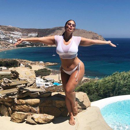 Модель plus-size Эшли Грэм обновила блог кадром в бикини