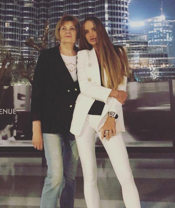 Модель Валерия Соколова опубликовала фото с мамой и из детства