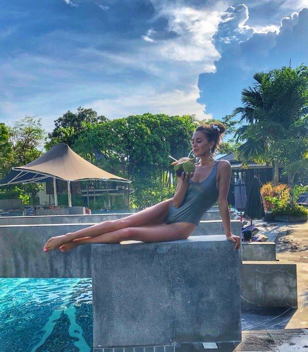 Анна Бузова вызвала восхищение поклонников фотографией в купальнике