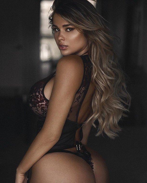 Анастасия Квитко представила развратную фотосессию в бикини с камушками