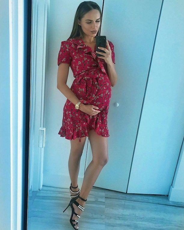 Певица Ханна поделилась снимком беременного животика