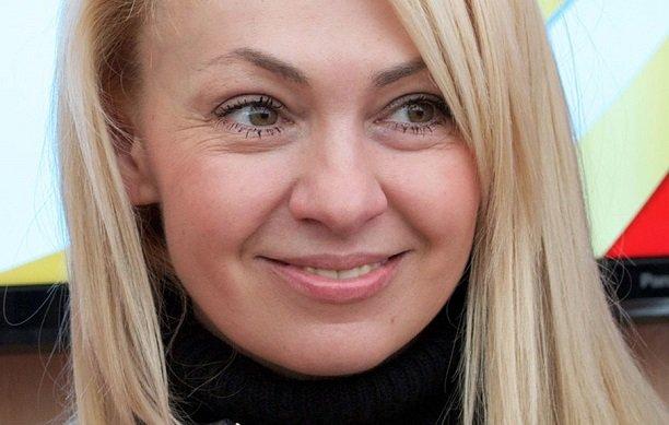 Яна Рудковская в миниатюрном платье забралась на капот Порша