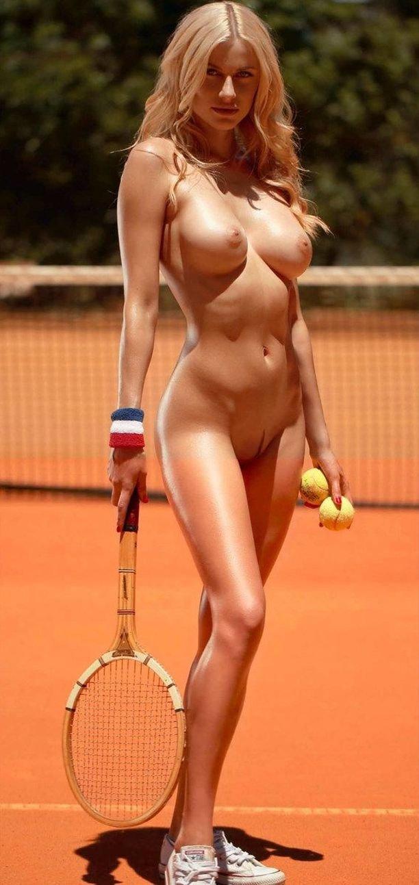 Сексуальная блондинка Ольга де Мар снялась голой на теннисном корте